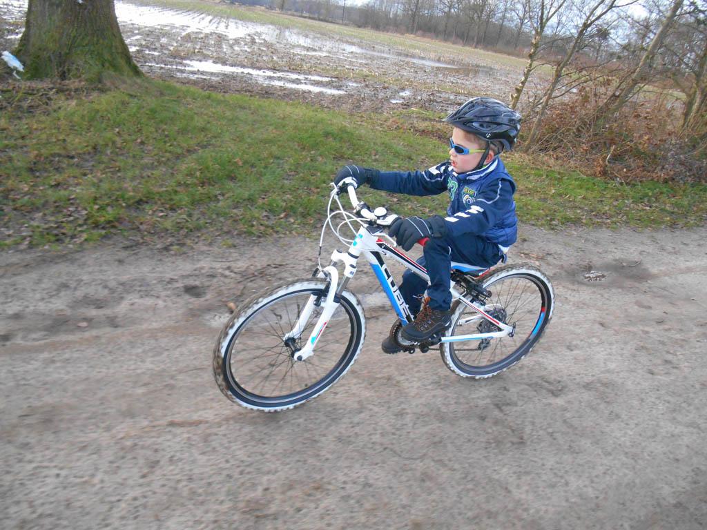 Mountainbike, stevige sportschoenen, trainingsbroek, jas, helm en handschoenen: klaar voor de start!