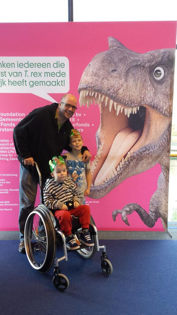 De mannen van Lineke op de foto bij de T-Rex.