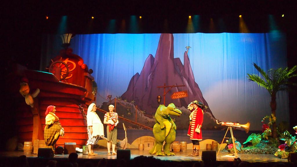 Kleine dino neemt aan het einde van de show afscheid van Piet Piraat.
