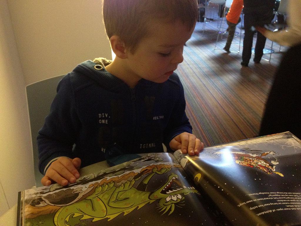 Camiel is blij met zijn Piet Piraat-boek.