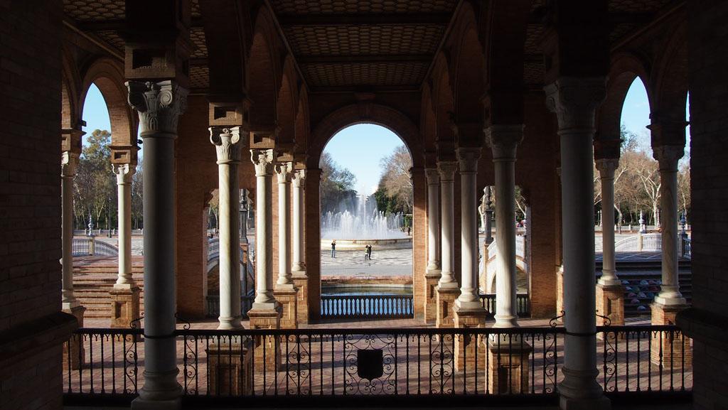 De fontein in het midden van Plaza de Espanol geeft verkoeling tijdens warme dagen.