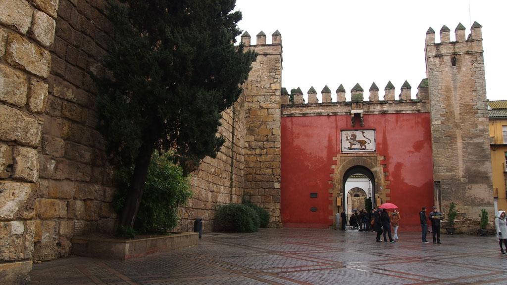 De entree van het koninklijk paleis in Sevilla: Real Alcázar.