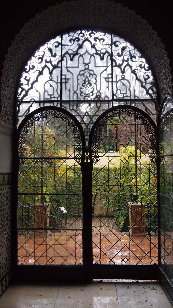 Zicht vanuit het paleis op de tuin.