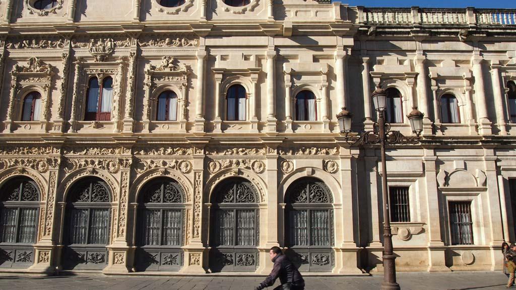 Dankzij de gids weten wij nu waarom dit gebouw maar gedeeltelijk is versierd.