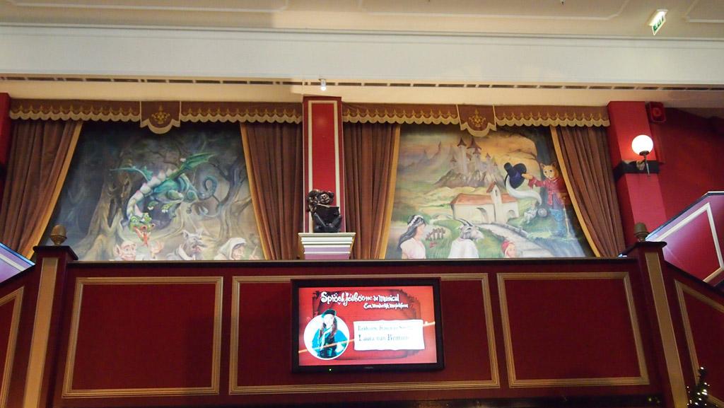 Ook de binnenkant van het Eftelingtheater heeft een echte theatersfeer.