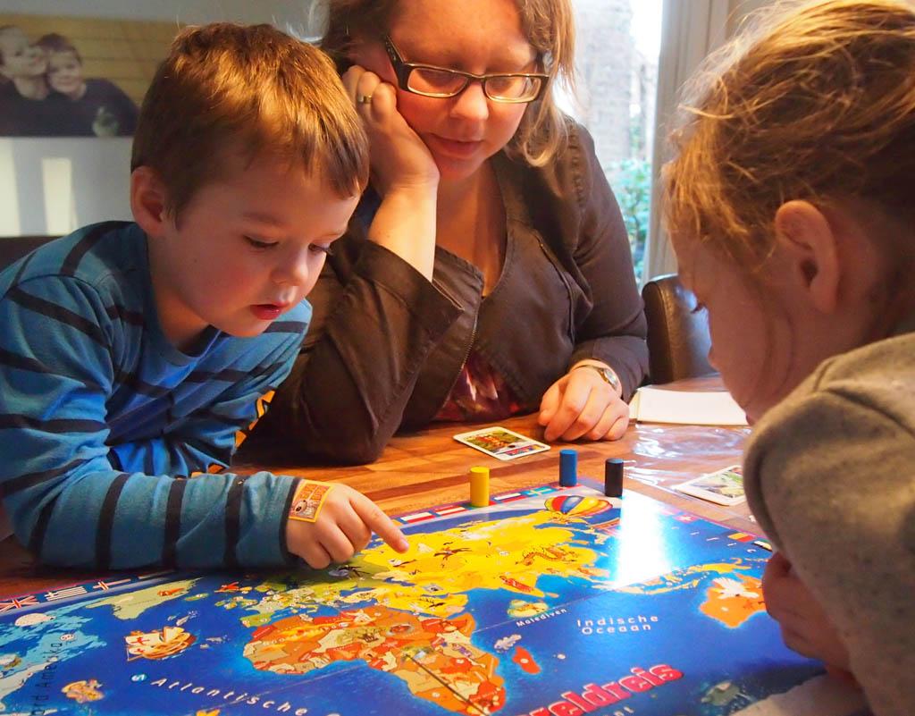 Om het spel bij optie B iets leuker te maken stimuleren we de kinderen om de landen op de kaart te zoeken.