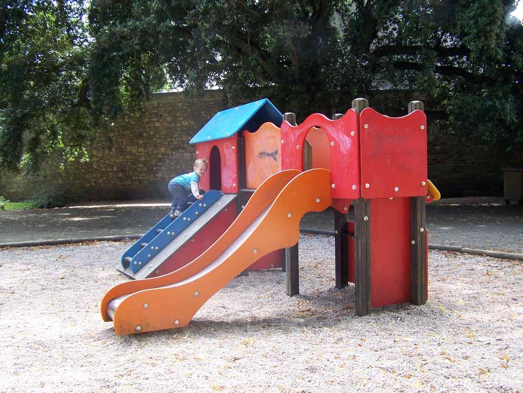 Altijd leuk met kinderen: het plaatselijke speeltuintje.