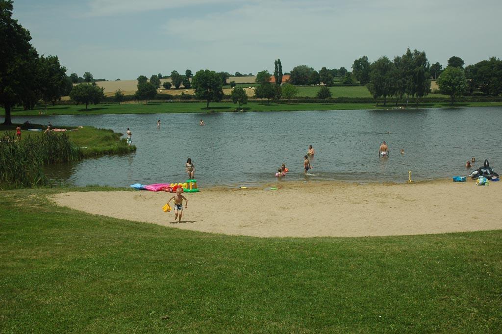 Zwemmen bij het meer dat in de buurt van de camping ligt.