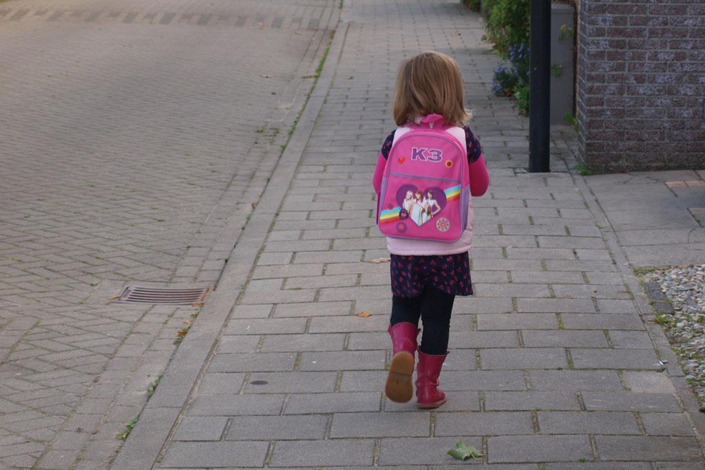 Net 4 jaar oud en op weg naar school.