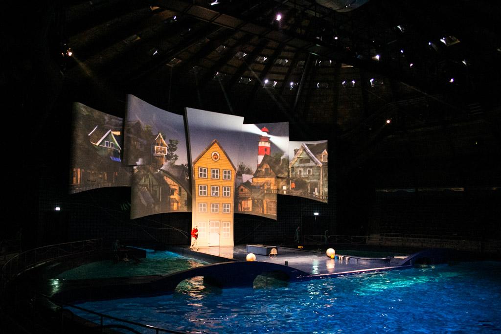 Het decor van de dolfijnenshow Aqua Delta.