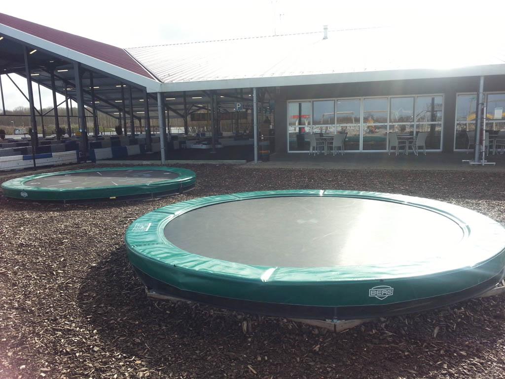 Het restaurant met uitzocht over de speeltuin en de trampolines.