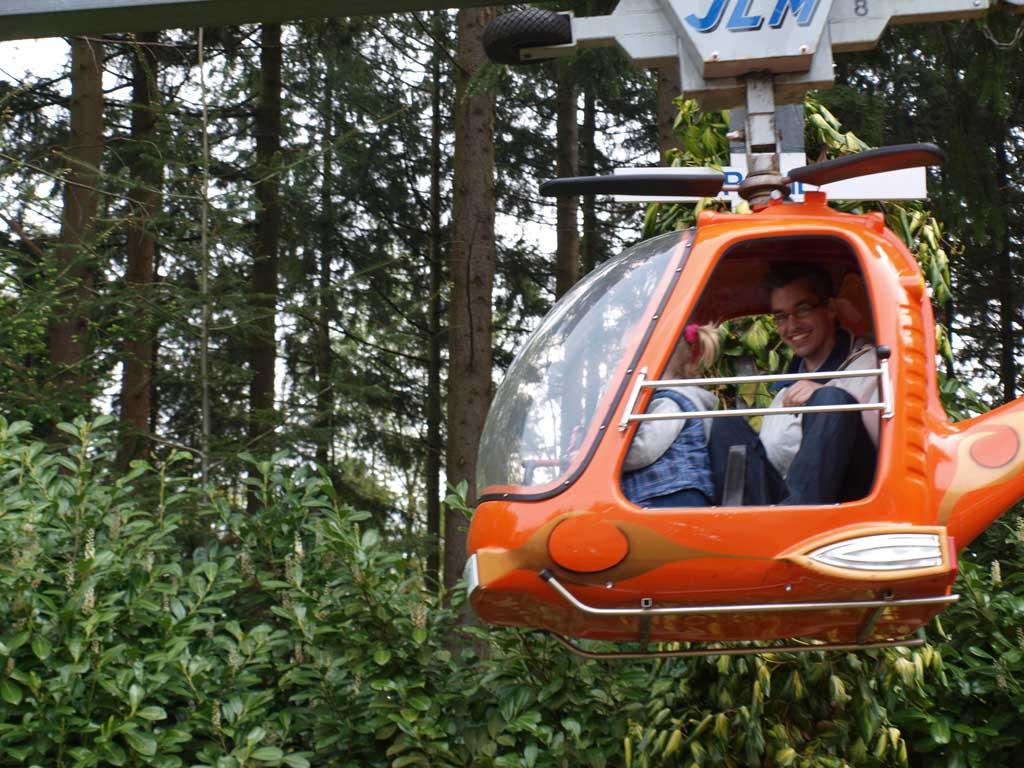 Maureen en Gerard maken een rondje met de helicopter.
