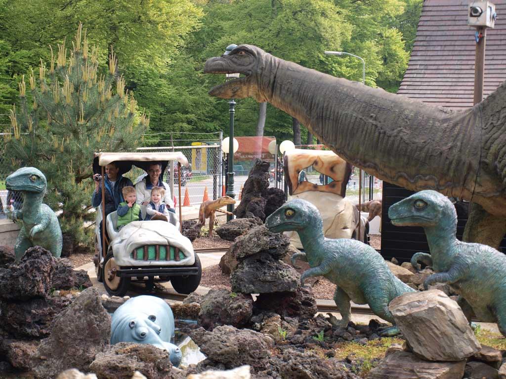 Met een Flintstone autootje door het Dino bos.