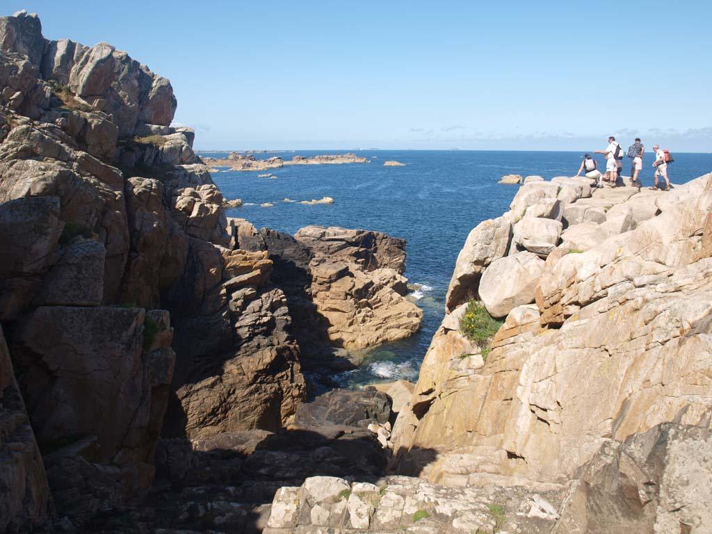 De zee beukt tegen de rotsen.
