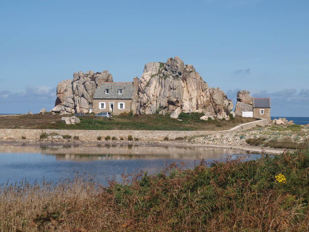 Het huisje tussen de rotsen bij Le Gouffre.
