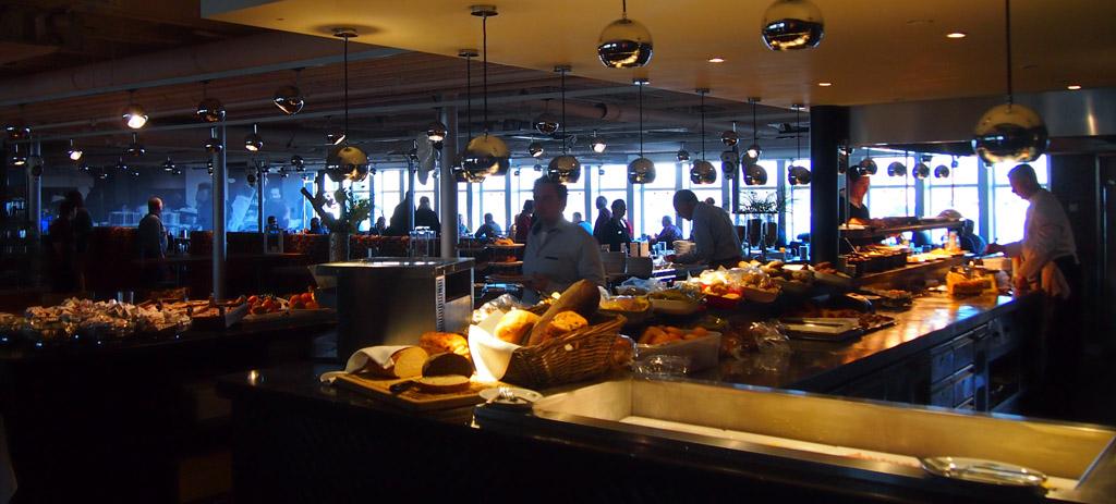 Bij de ingang van de ontbijtzaal zien we al de gigantische keuze.