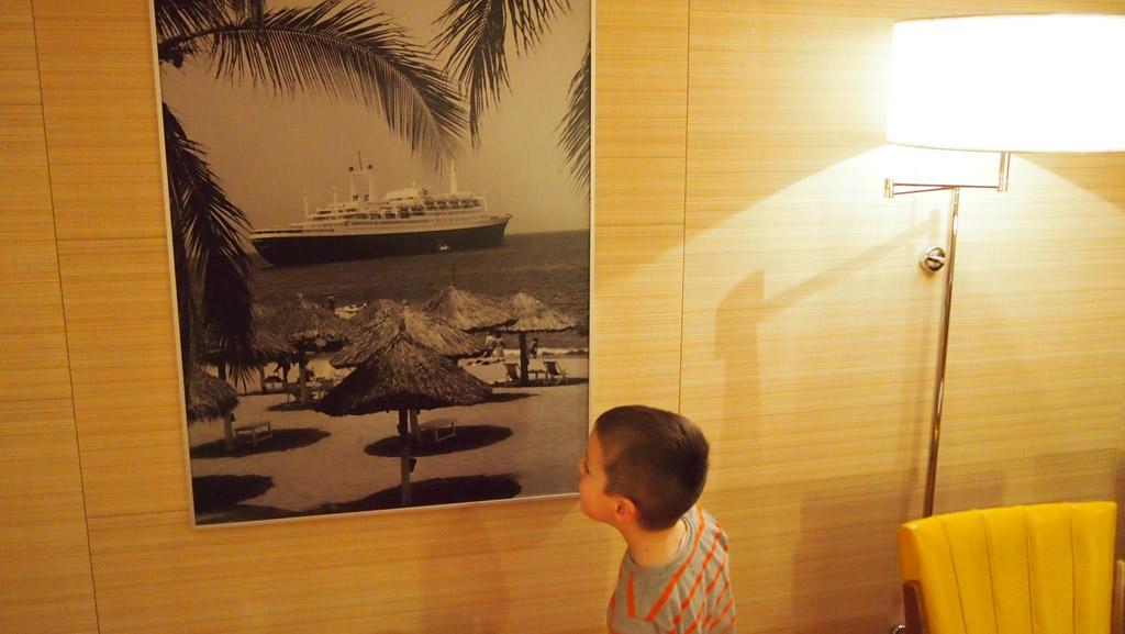Op de kamer hangt een foto van het SS Rotterdam in vroegere tijden.