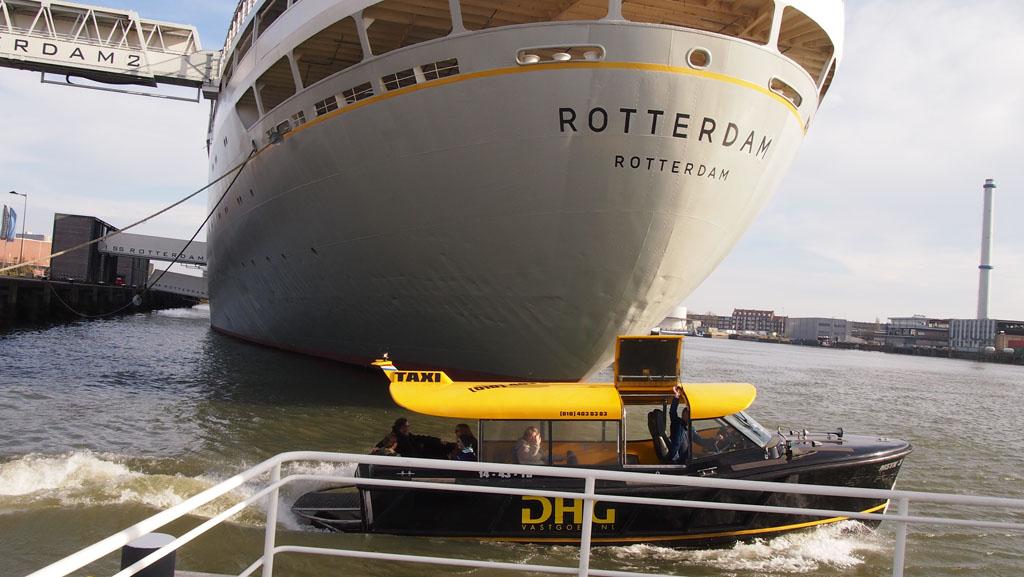 De watertaxi stopt direct naast het SS Rotterdam.