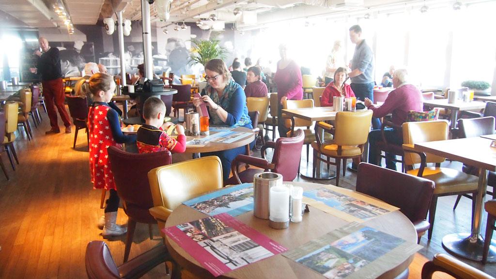 De ontbijtzaal (en ik check nog even m'n social media terwijl Gerard en de kids hun ontbijt halen).