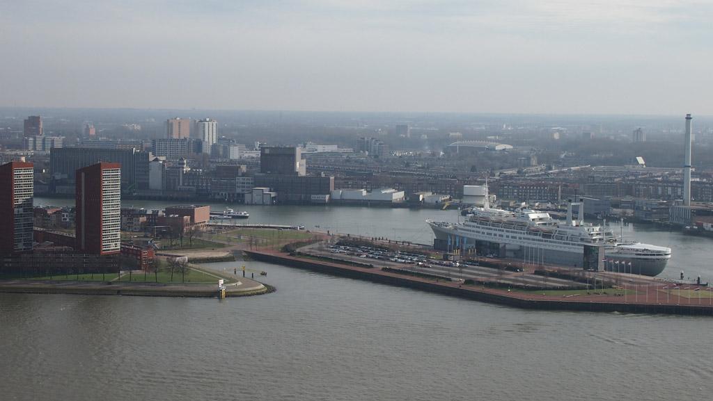 Het SS Rotterdam vanaf de Euromast. Hier is goed de ruime parkeerplaats te zien.