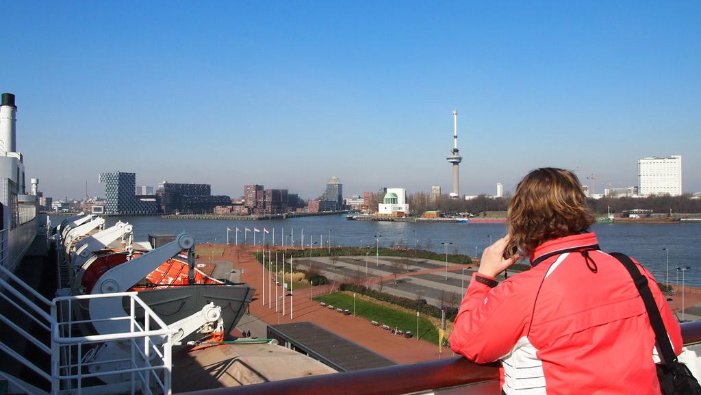 Op het dek genietend van het uitzicht over Rotterdam.