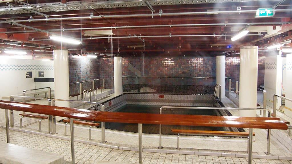 De rondleiding naar de machinekamer start bij het voormalige binnenzwembad.