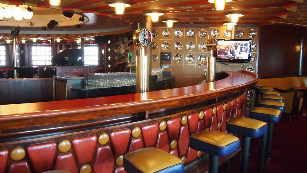 De bar. Met prachtige kleuren die op elkaar zijn afgestemd.