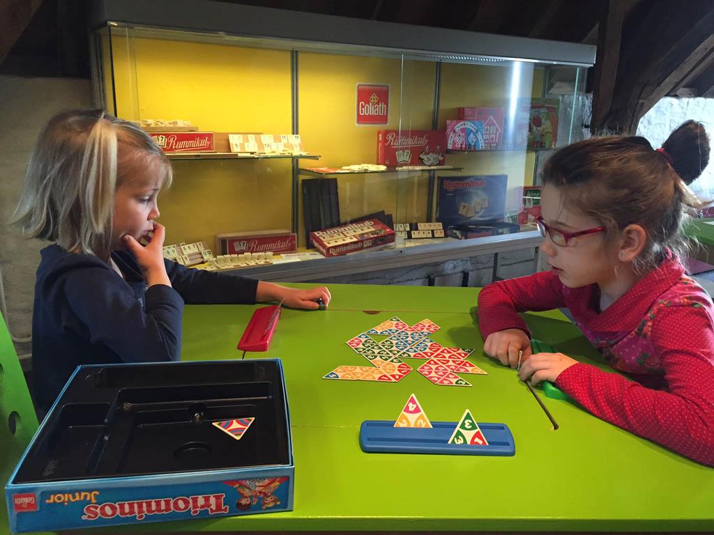 Een spelletje Triominos spelen in het museum.