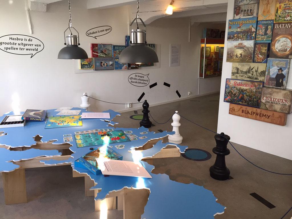 Het Speelgoedmuseum heeft ook altijd een tijdelijke tentoonstelling. Tijdens het bezoek van Fieke was dat 'Strategy, de geschiedenis van bordspellen'.