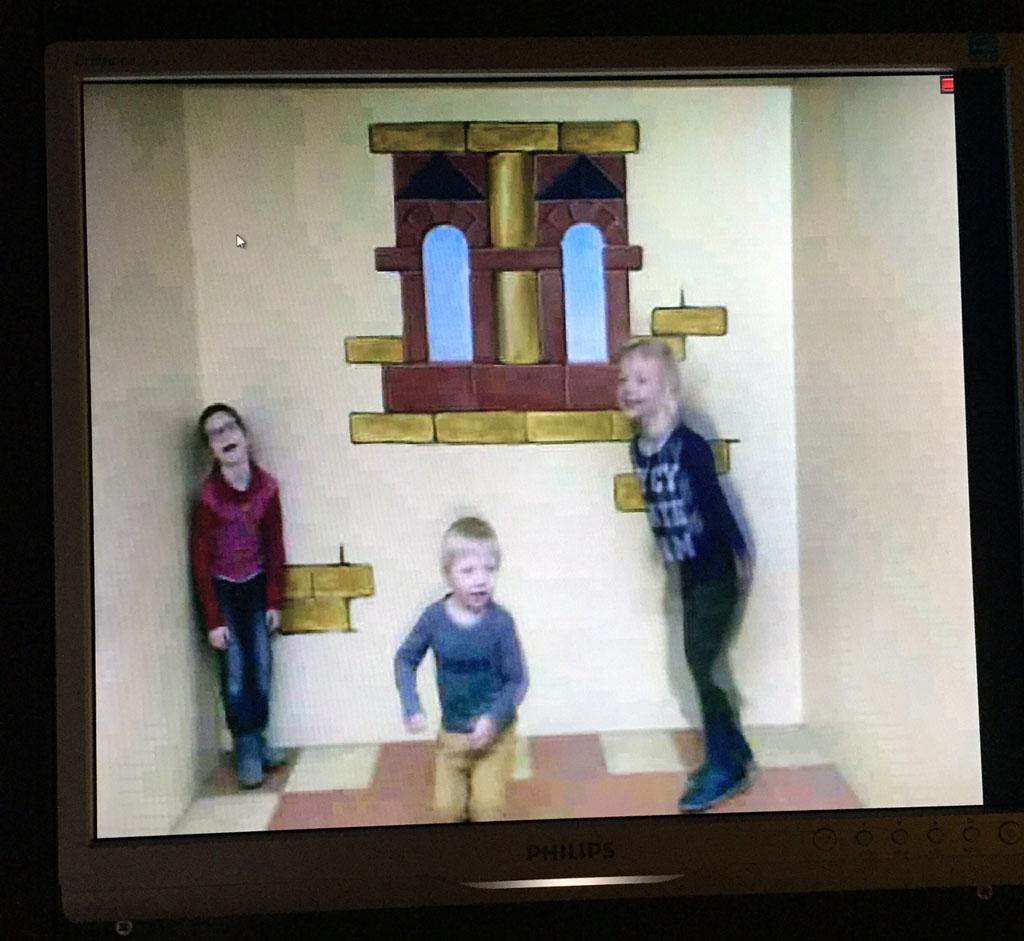 Door het dolle heen in de kamer van Ames in het Speelgoedmuseum Deventer.
