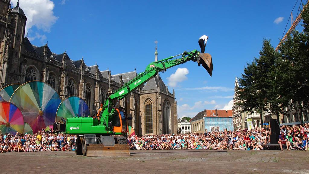 Veel festivals zijn gratis. Onze favoriet is Deventer op Stelten. Hier zagen we afgelopen keer een prachtige dans met een graafmachine.