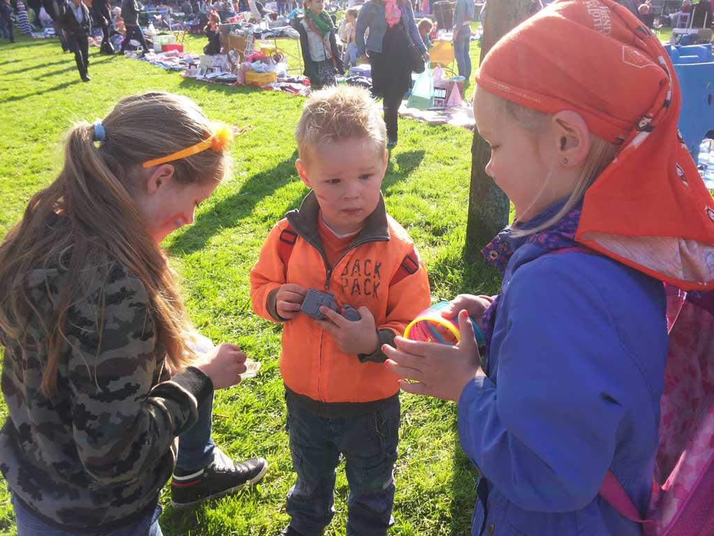 Naar de vrijmarkt tijdens Koningsdag is een favoriet uitje voor kinderen én een mooie gelegenheid om met geld te oefenen.