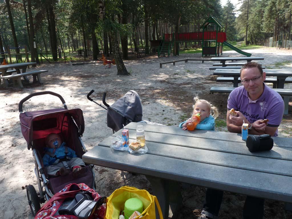 Gratis én leuk: picknicken bij een speeltuintje.