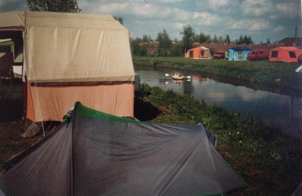 Mijn tentje bij onze vouwwagen en op de achtergrond onze rubberboot.