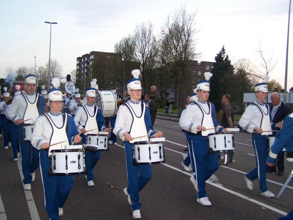 Een muziekkorps soort voor een gezellige sfeer tussen de wagens.