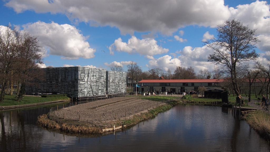 Het buitenterrein met links de tentoonstellingsruimte en rechts de veilinggebouwen.