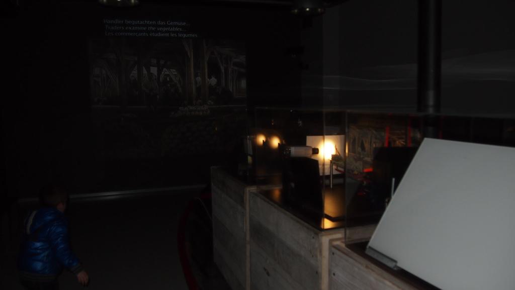Bewegende tafereeltjes worden opgenomen en direct afgespeeld op de muur.