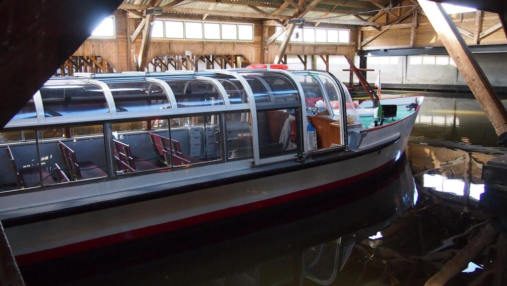 Bij binnenkomst kunnen we bijna direct instappen in de rondvaartboot.