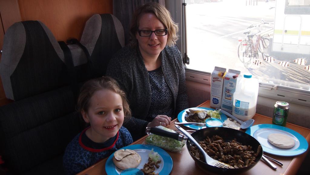 Lekker eten in de camper. We maken het ons makkelijk met shoarma en sla.