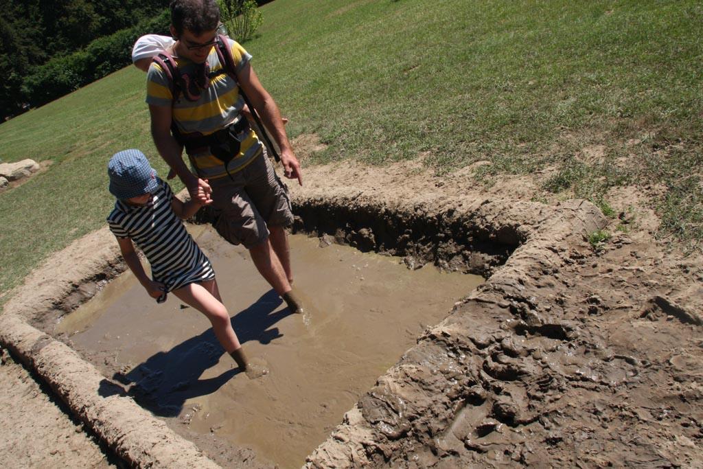 Elin loopt samen met haar vader door de modder.
