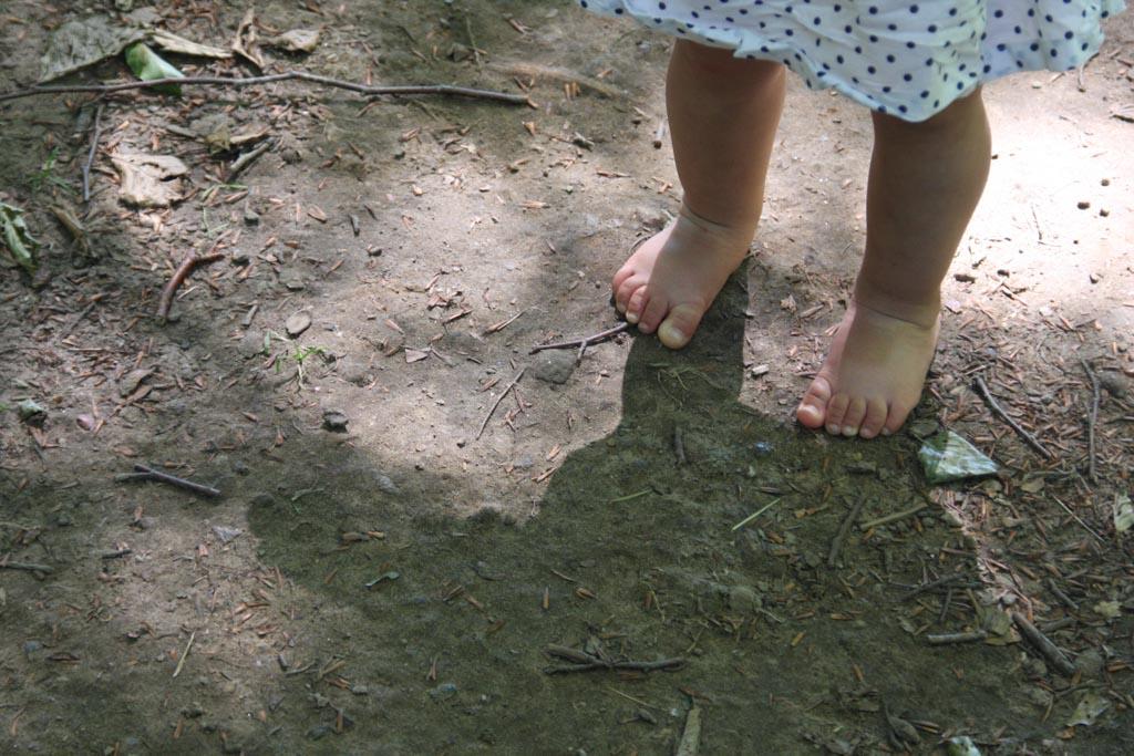 Kleine blote voetjes in het bos.