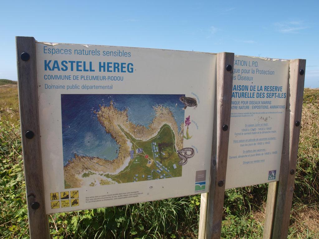 Ook hier staat een bord met informatie over het eiland.