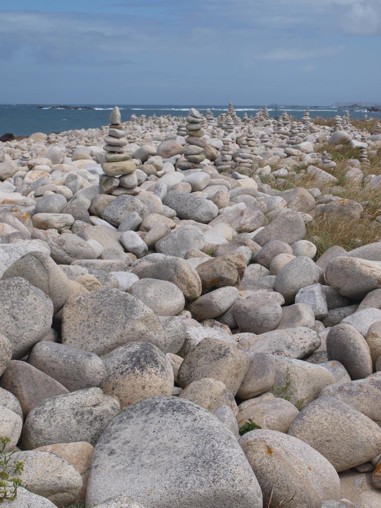 Op sommige plekken hebben mensen stapeltjes van de stenen gemaakt.