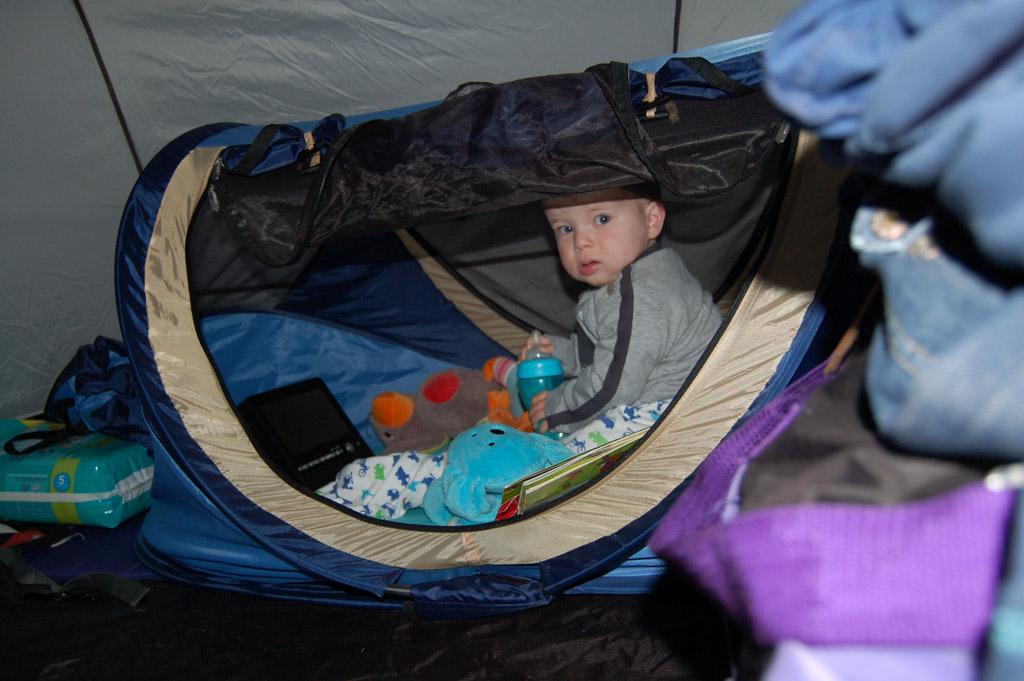 Kampeerbed Deryan Travel Cot is geschikt voor baby's en kleuters.