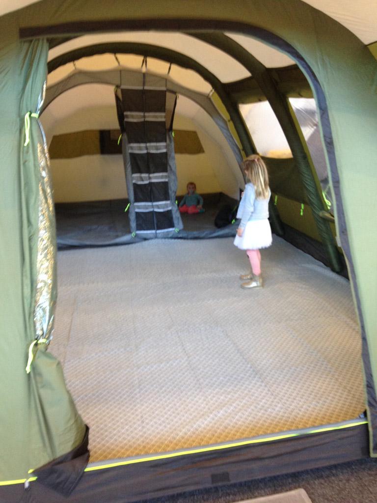 Altijd leuk met kinderen: alle tenten van binnen bekijken.
