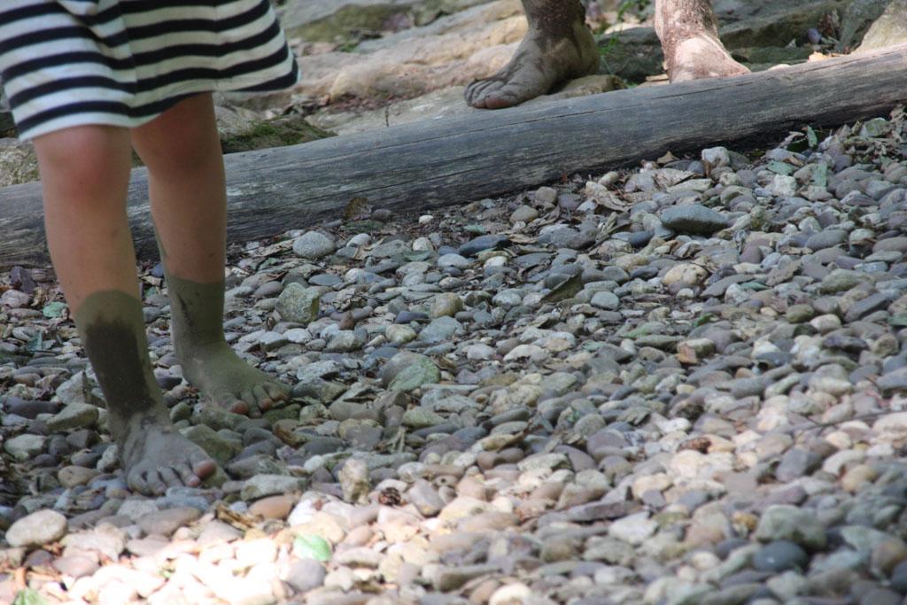 Met moddervoetjes over de kleinere stenen.