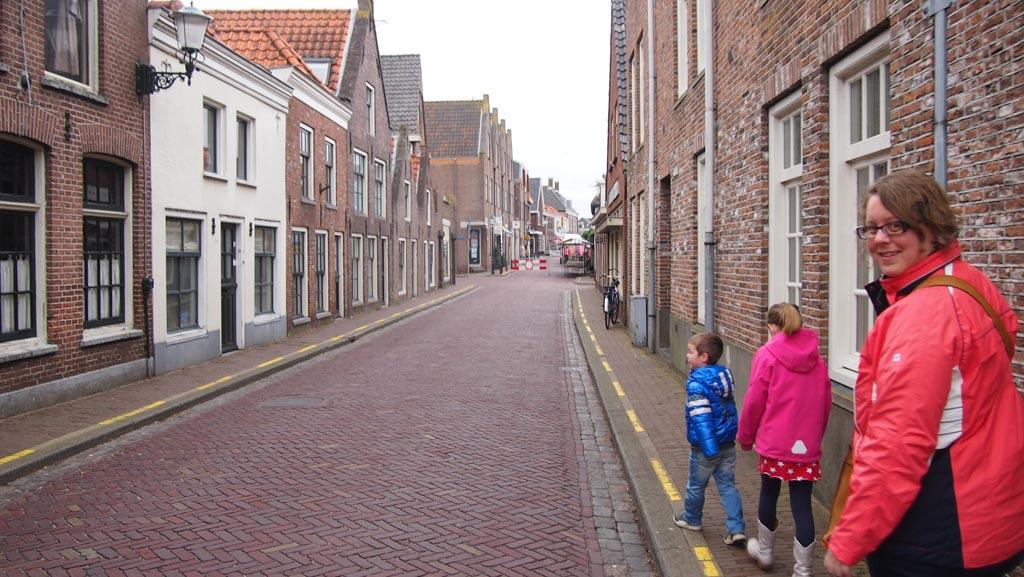 Wandelend door het oude centrum van Muiden naar de haven waar de boot naar Pampus vertrekt.