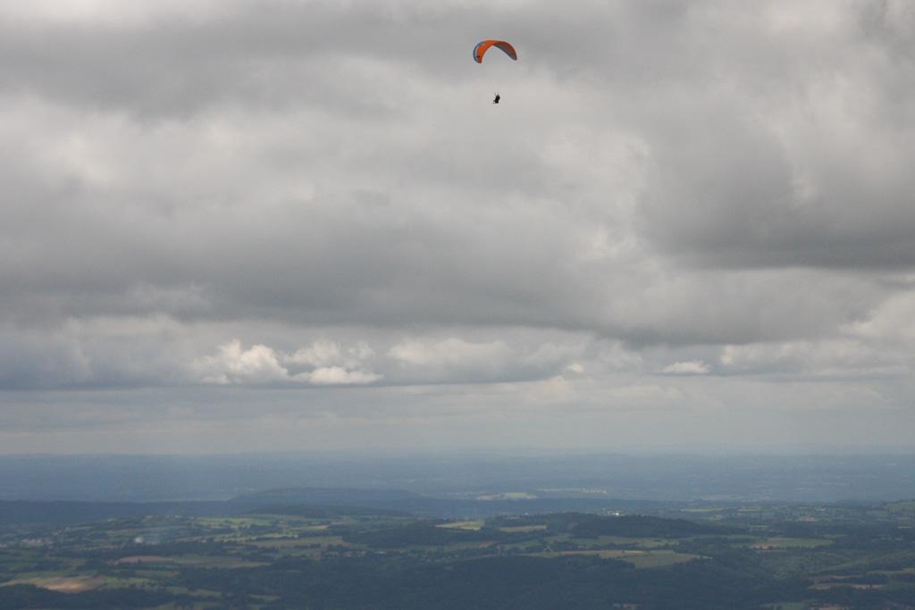 Aan een parachute (of is het een paraglider?) naar beneden.