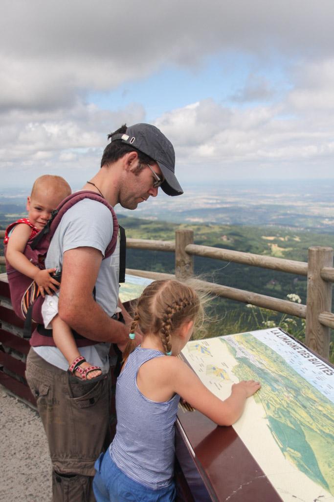 Op de kaart opzoeken wat je in het landschap ziet.