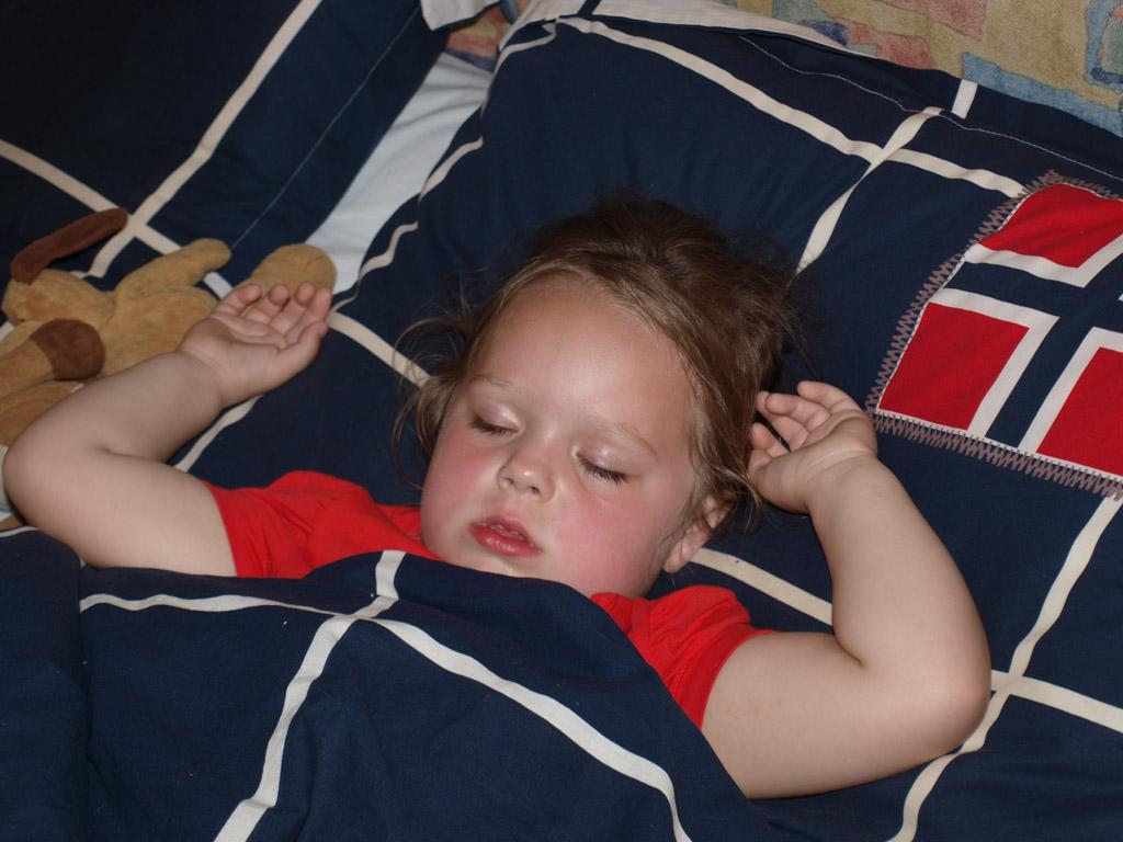 Maureen valt in slaap in het bed van papa en mama en werd later overgelegd naar haar eigen bed.